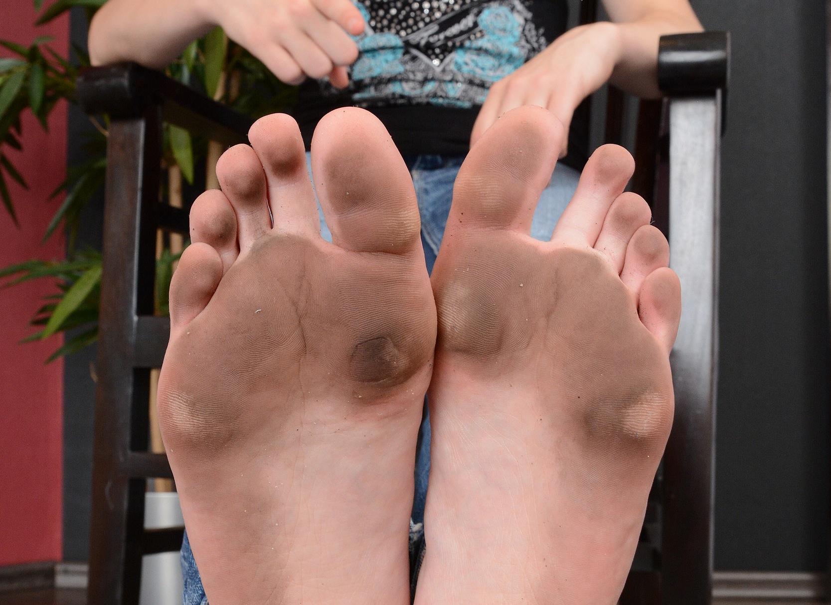 Große, dreckige Füße