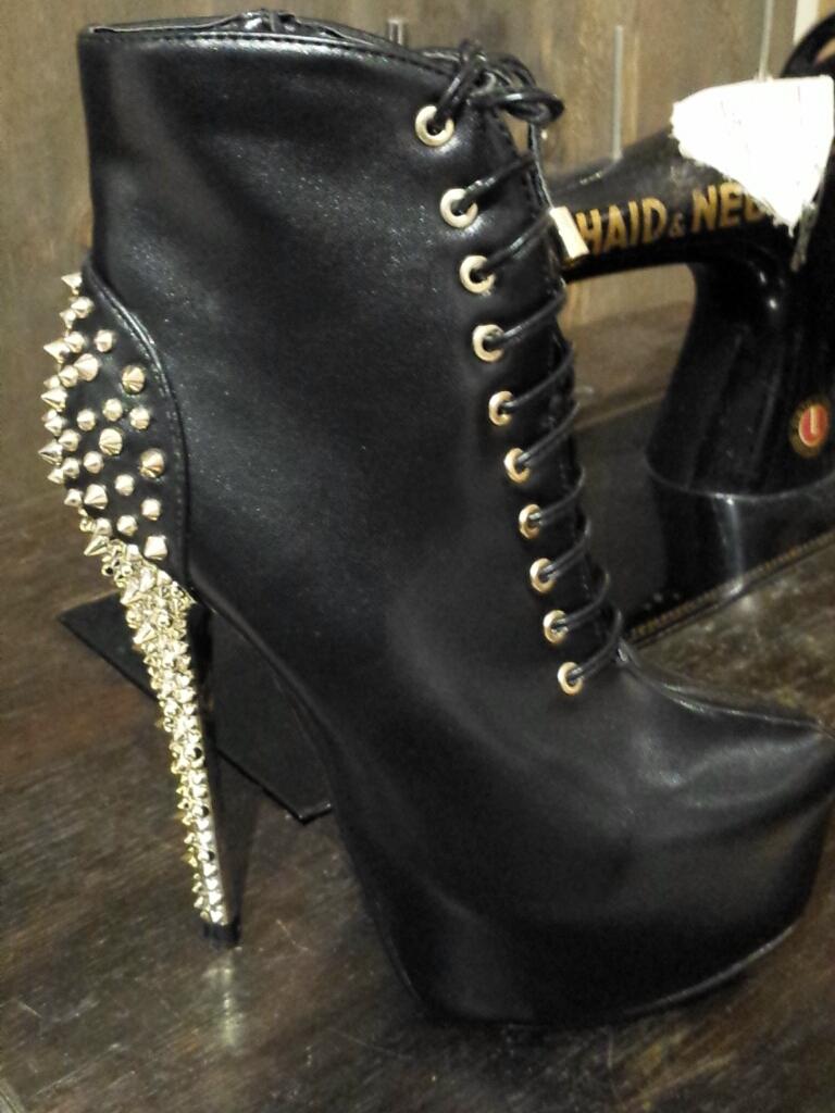 Geile Schuhe mit goldenen Nieten.