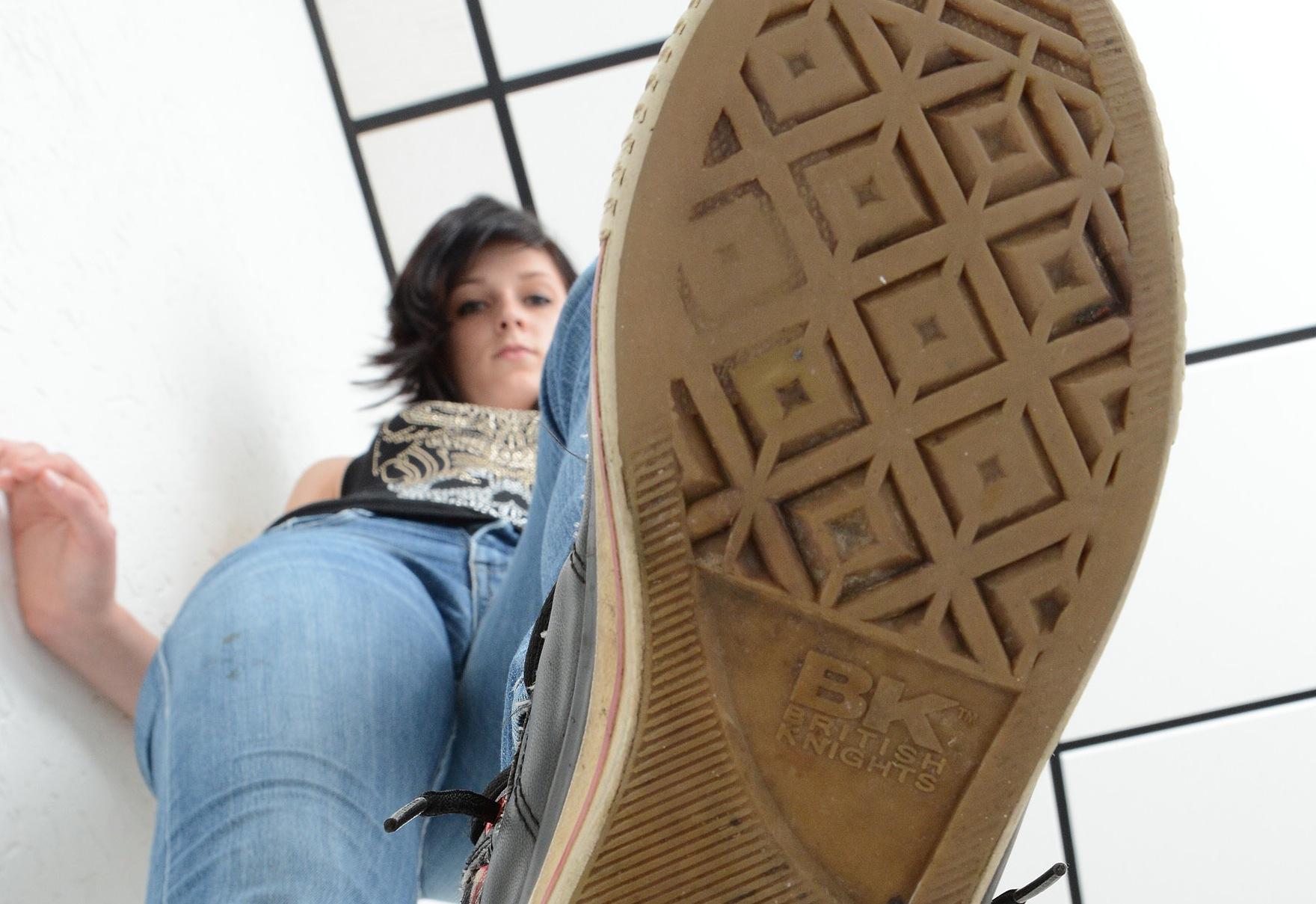Unter ihren Sneakers zertreten