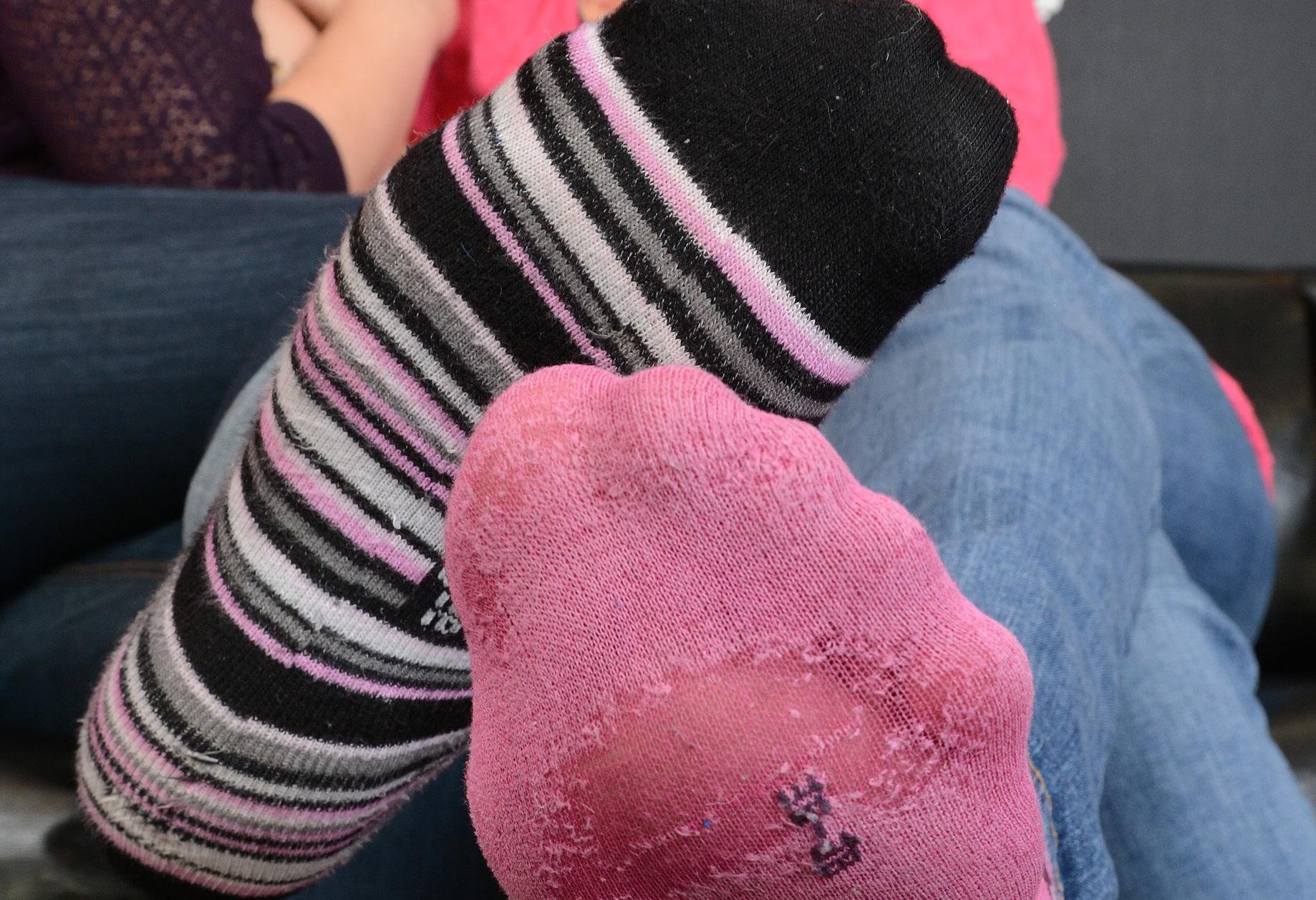 4 verschwitze Socken schnüffeln