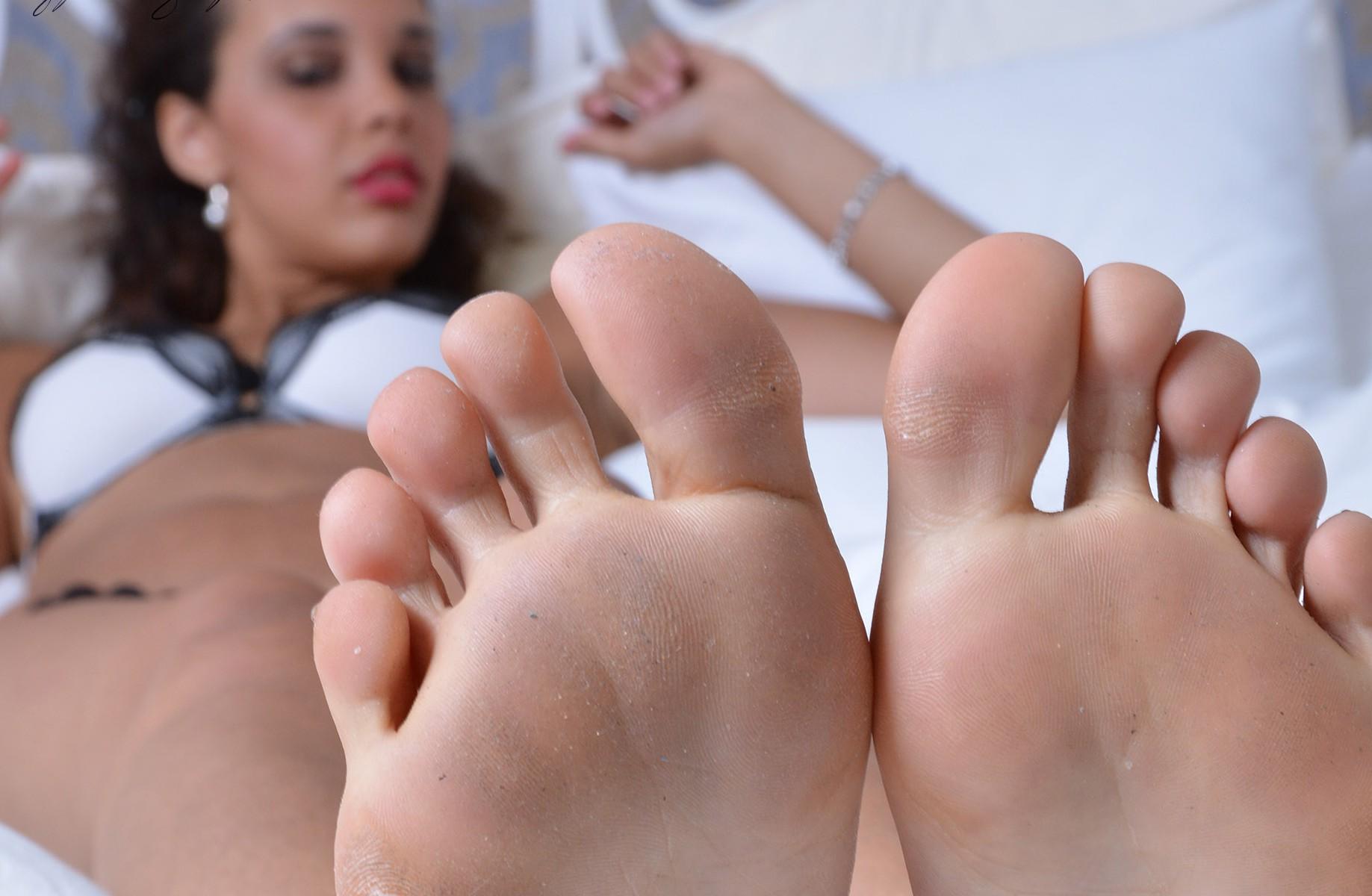 Tashas große nackte Füße