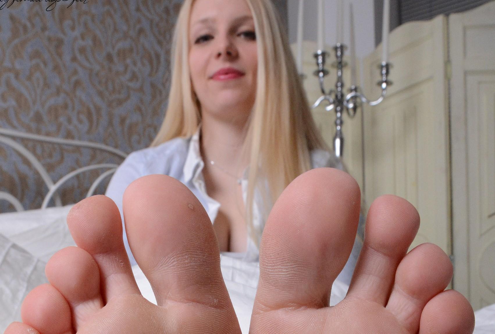 Janines Füße im Schlafzimmer