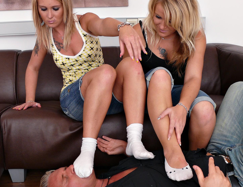 2 Schwestern zwingen zum Sockenriechen