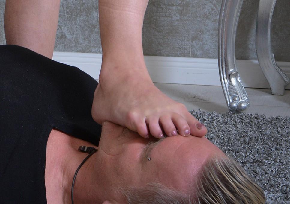 Ihr Fuß bricht fast seine Nase