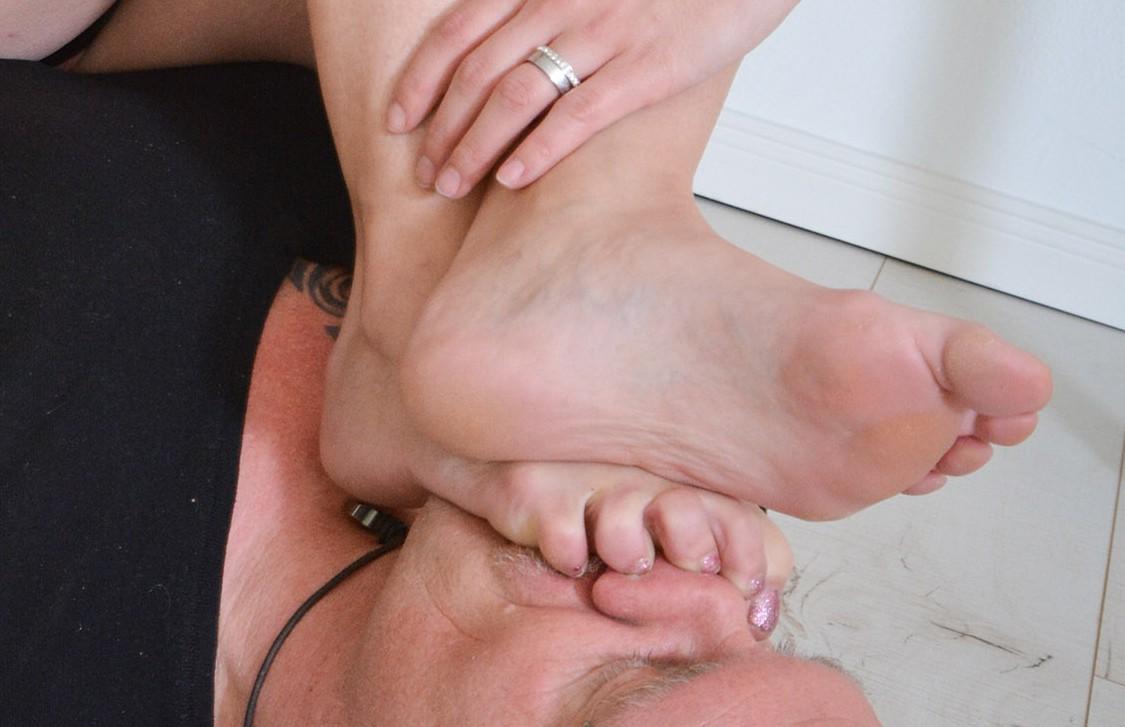 Brutales Nase-Quetschen unter den Füßen