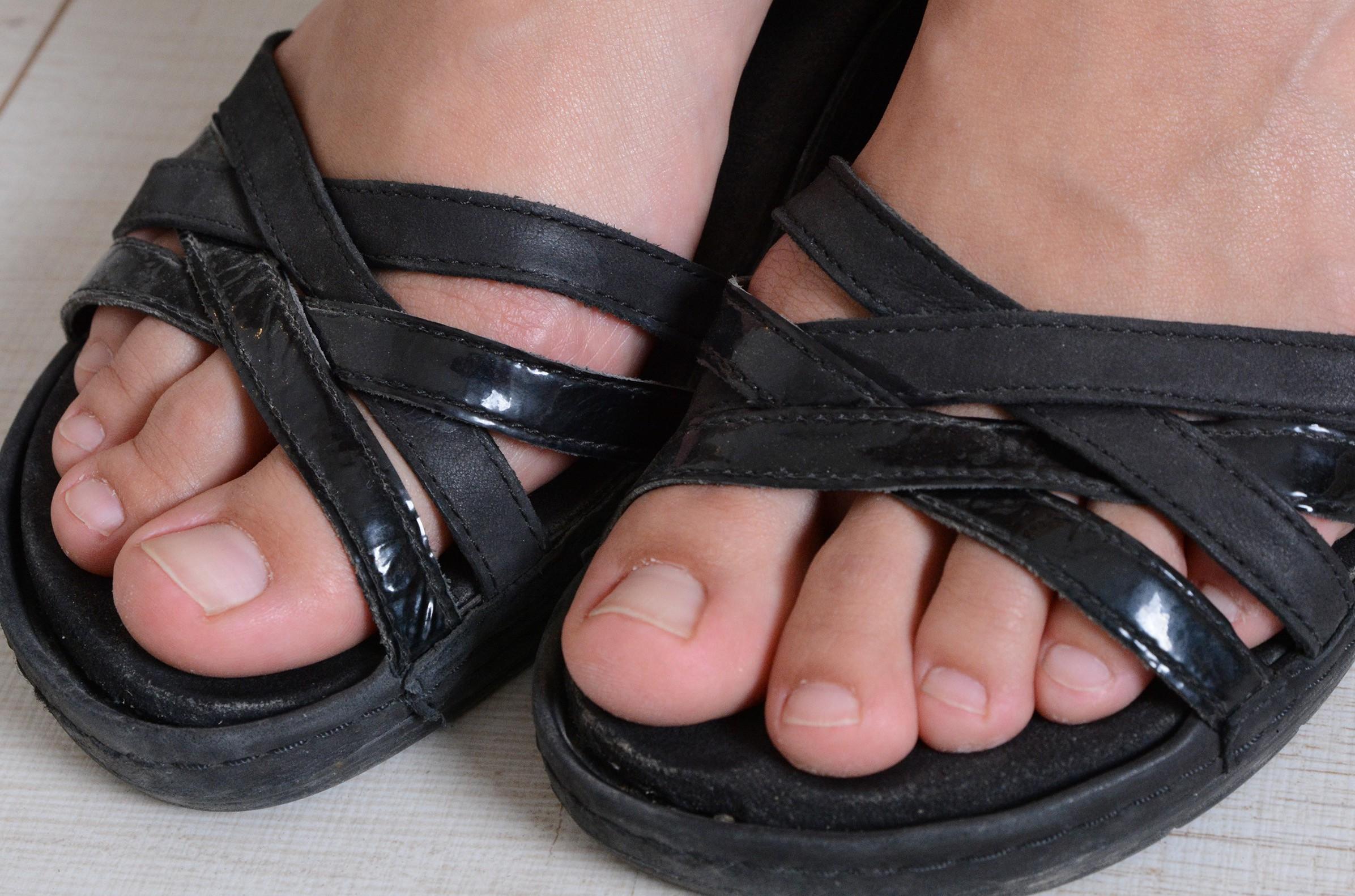 Josephines Füße und Strassenschuhe