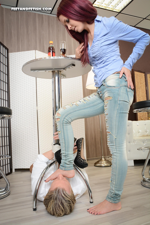 Госпожа выдрачивает сперму в рот рабу видео этом