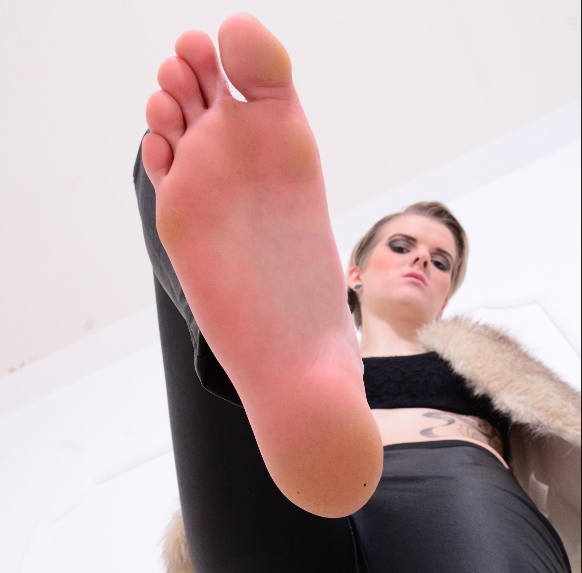 Mit nackten Füßen ins Gesicht