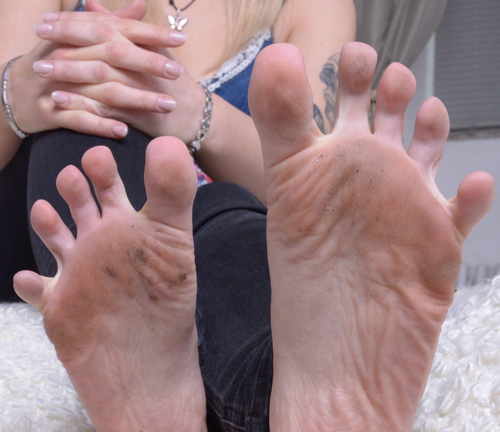Leck ihre schmutzigen Füße