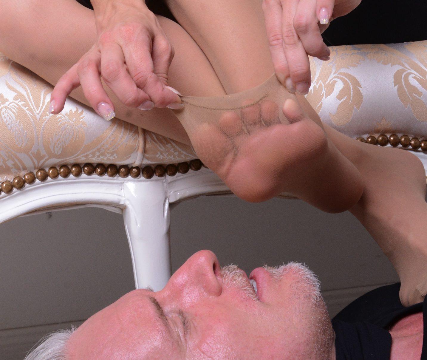 Fußsklave zu Samanthas Füßen