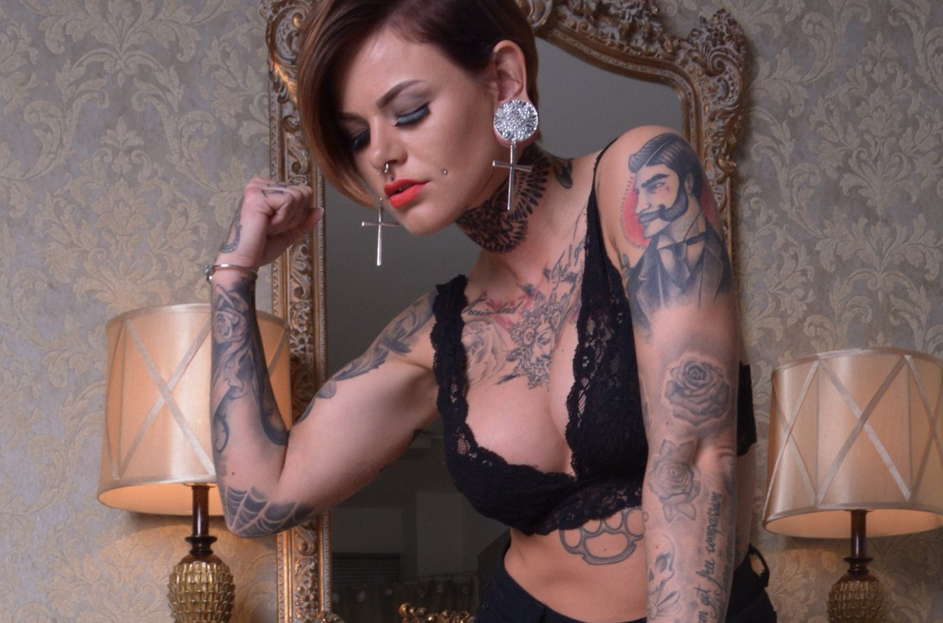 Dominantes Tattoo Girl