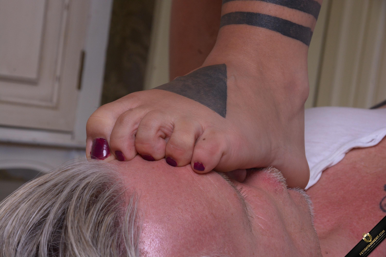 Lesbe drückt ihm ihre Füße ins Gesicht