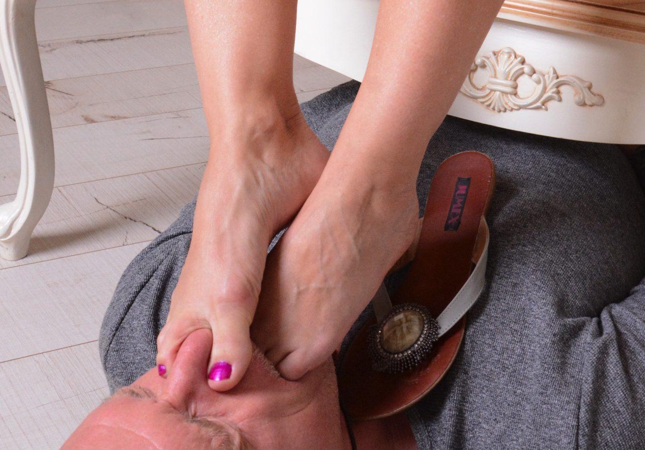 Angela Füße pressen…