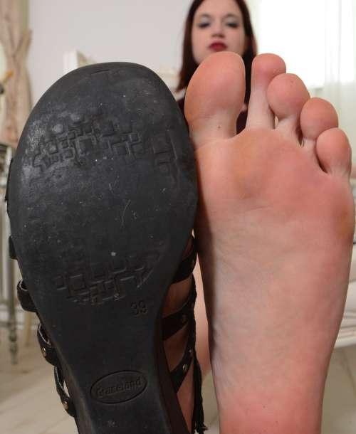 Elsis Sandalen und Füße