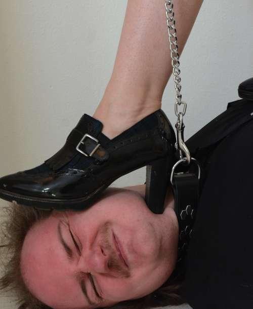 Elsi trampelt auf Sklaven rum